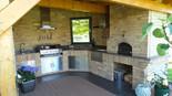 017 Gemauerte Outdoorküche aus Stein mit BeefEater Gasgrill
