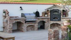 022 Outdoorküche mit Grill und Pizzaofen