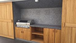 023 Outdoorküche aus Holz mit BeefEater Grill