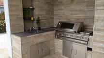 035 Outdoor Küche aus Stein mit BeefEater Grill