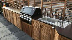 Outdoorküche aus Holz mit BeefEater BBQ Grill (ID:060)
