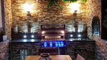 Outdoorküche aus Stein mit Napoleon Grill und Pizzaofen (ID:124)