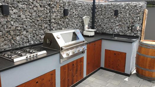 Selbstgebaute Outdoor Küche aus Holz mit BeefEater Grill (ID:147)