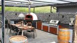 Selbstgebaute Outdoor Küche mit Grill und Pizzaofen (ID:168)