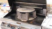 Pizzastein auf Gasgrill mit Steinen für besseres Backergebnis