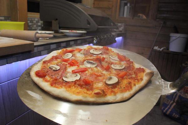 Rezept für eine Pizza mit Tomatensauce auf dem Gasgrill
