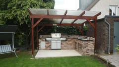Standgasgrill eingebaut in eine Outdoor Küche