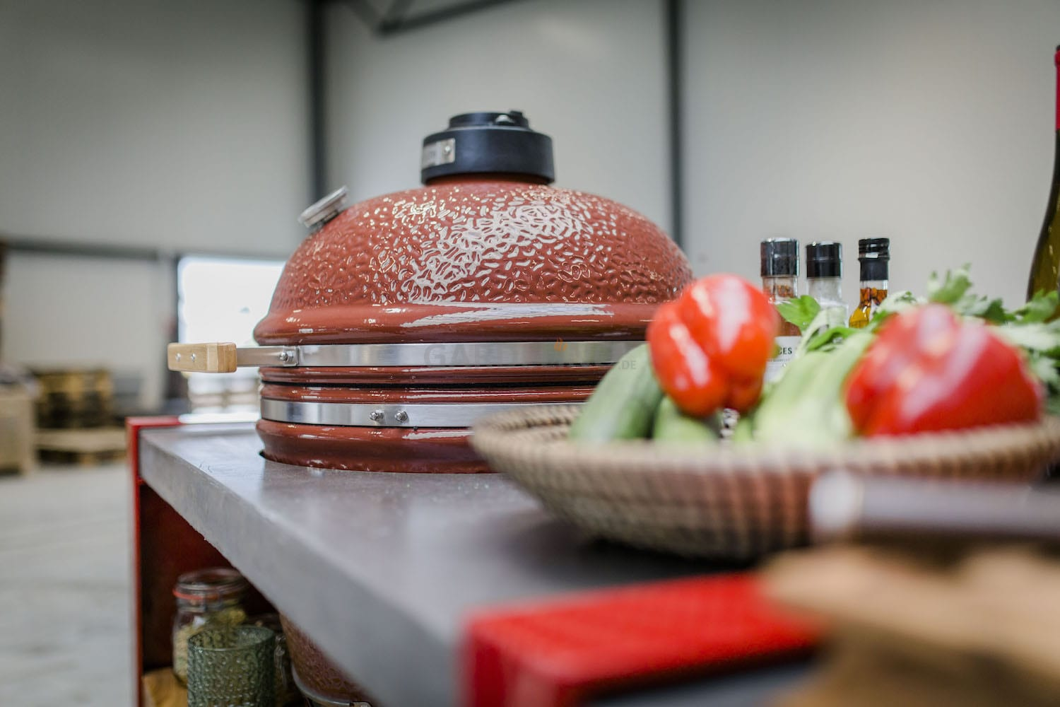 Rote Oehler Outdoorkitchen mit passendem Kamadogrill in rot