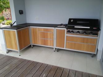 Rollbare Outdoor Küche mit einem BeefEater Gasgrill, -kochfeld und Spüle