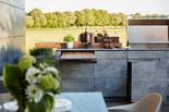BBQtion Outdoor Küche von vorne mit ausgezogenem Tisch aus Eiche