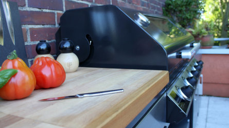 Arbeitsfläche aus Holz auf Beefeater 1100E Outdoorküche