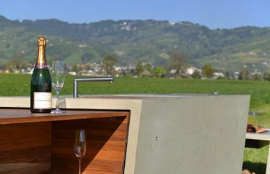 Beton Outdoor Küche mit Holz Ablage