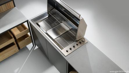 Geöffneter Einbaugrill in moderner Design Outdoor Küche