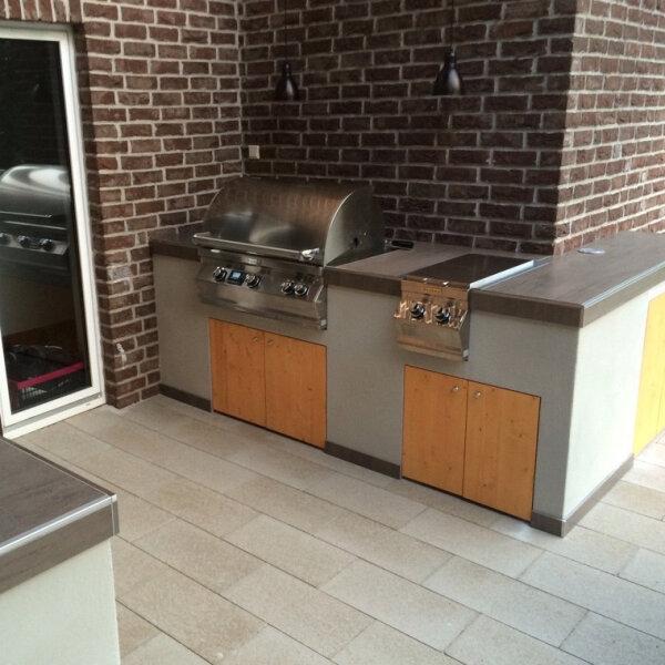 Moderne Outdoorküche mit Fire Magic-Gasgrill