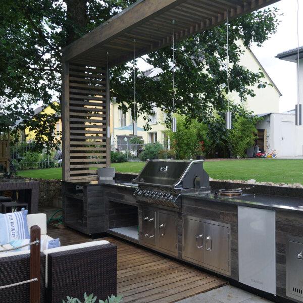 Freistehende Outdoor Küche mit Lounge im Garten