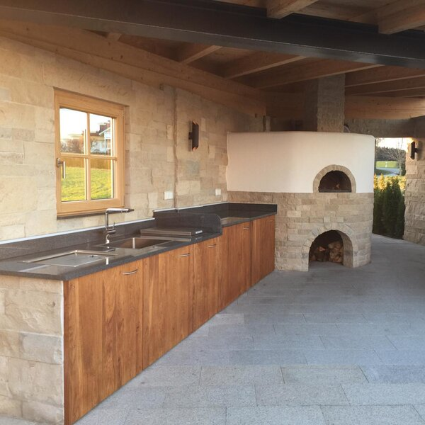 Großzügige Outdoor Küche aus Holz