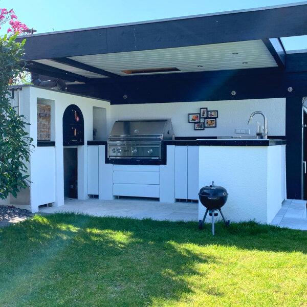 Outdoor Küche mit Grill und Pizzaofen