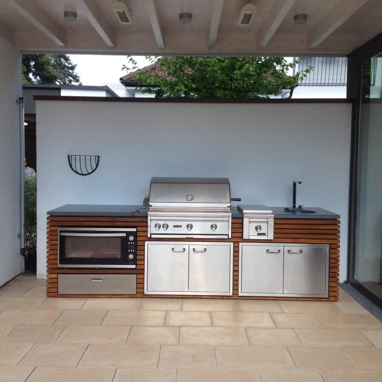 Outdoorküche aus Holz mit Einbau Gasgrill von Lynx Grill