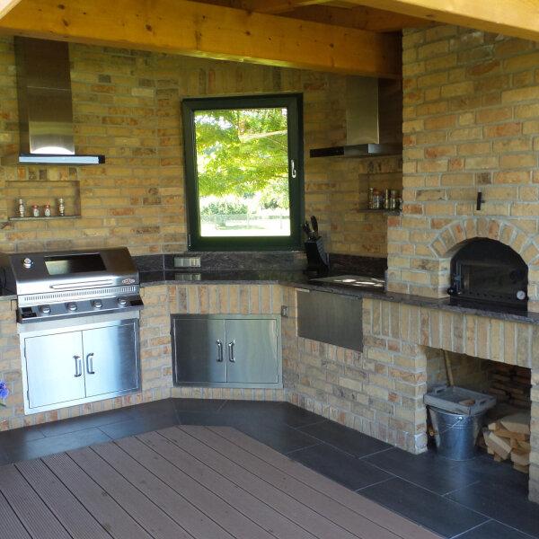Gemauerte Outdoorküche mit Gasgrill und Holzbackofen | Gardelino.de