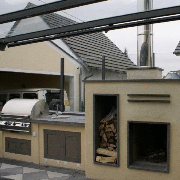 Gemauerte Outdoorküche mit Einbaugrill, Kamin und Spüle - München